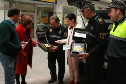 La Policia Local d'Almassora incorpora els primers desfibril·ladors als seus equips d'emergència