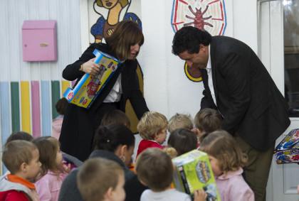 La campanya de la Diputació 'Un xiquet, un joguet' porta centenars de joguets a les famílies més desfavorides de la província