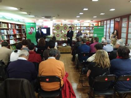 Desenes de persones es reuneixen en la llibreria Argot per a veure la presentació del Diari Millars