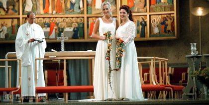 Un capellà beneeix un matrimoni lèsbic a Castelló