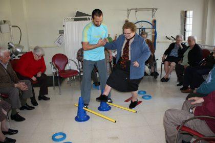 La residència de la tercera edat d'Almassora combat el risc de caigudes amb exercicis adaptats