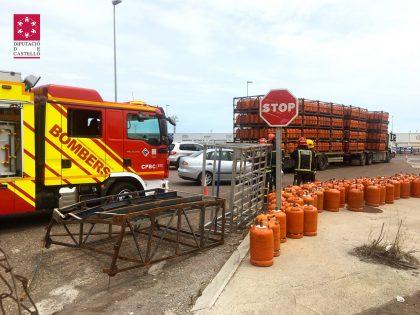 Un camió volca botelles de butà a Vila-real