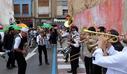 El Maig di Gras converteix els carrers de Borriana en un espectacle de color i música negra