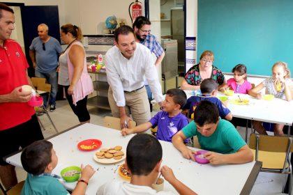 L'alcalde d'Onda visita als menors de l'Escola d'Estiu Infantil