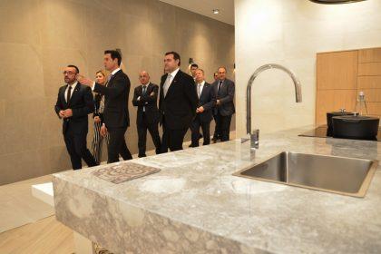 L'alcalde de Vila-real visita la XXV Mostra de Porcelanosa i reafirma el suport municipal al pla de creixement del grup per als pròxims anys