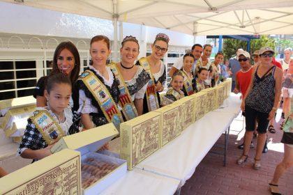 La Reina i Cort d'Honor reparteixen més de 1000 pastissets a Peníscola