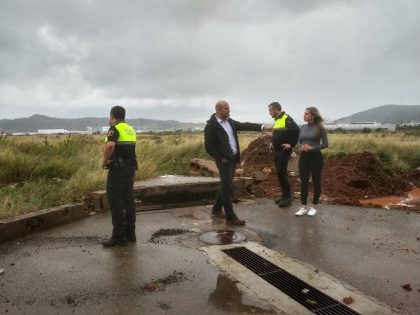 Quatre persones han estat atrapades en els seus vehicles i carrers tallats per la pluja a la Vall d'Uixó