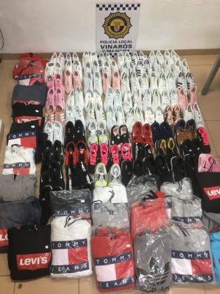 Confisquen desenes de samarretes i sabates falsificades a Vinaròs