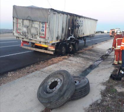 Un camió circula amb les rodes incendiades a Xiva