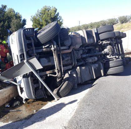 Bolca un camió que transportava oli a Sagunt