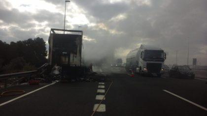 S'incendia un camió en l'AP-7 en el terme de Torrent