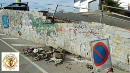 Un vehicle causa danys en una tanca a Vinaròs i es dona a la fuga