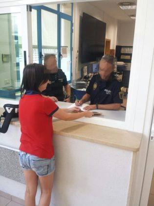 Dona una cartera plena de diners a la policia Vinaròs
