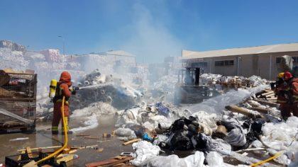 Incendi industrial en una planta de reciclatge a Paterna