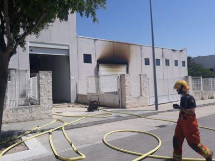 Incendi en una nau d'un polígon industrial a Ontinyent