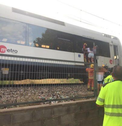 Desallotgen un tren prop de l'estació de Sagunt