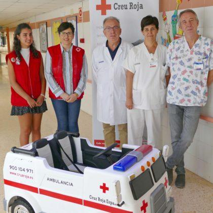 L'Hospital General de Castelló rep una mini ambulància elèctrica donada per la Creu Roja