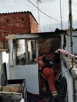 Incendi en una terrassa d'una casa a l'Alzira