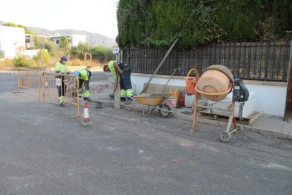Benicàssim realitza rebaixes en voreres per a millorar l'accessibilitat en la Gran Avinguda