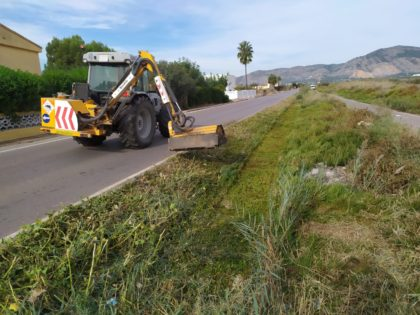 Benicàssim fa tasques de desbrossament en el camí La Ratlla