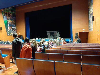 Més de 400 alumnes de centres educatius de Borriana omplin el teatre Payà per a la representació de l'obra Iaios