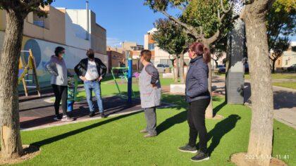 Serveis Públics de Vila-real adapta i modernitza el jardí del Progrés amb la instal·lació de nous jocs infantils i gespa artificial