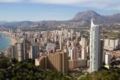 Compromís proposa en una moció millorar les condicions laborals dels treballadors en el sector turístic valencià